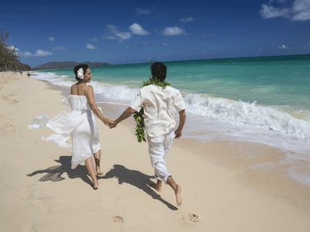 wedding-couple-beach-hawaii