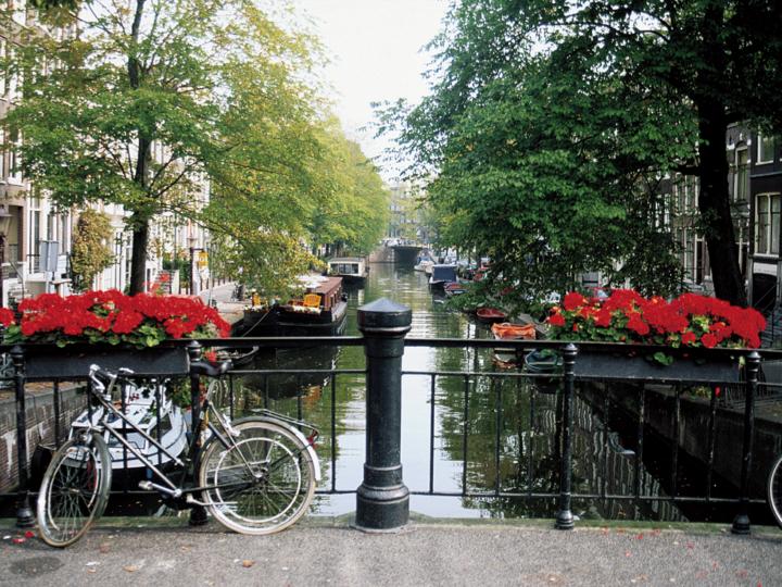 bike canals amsterdam